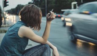 """Las principales causas de muerte en España son muy diversas y la mayor parte de ellas están ligadas a problemas de salud de índole crónico. Un dato que vale la pena analizar, es que el control de defunciones que lleva el Instituto Nacional de Estadística (INE), expresa que en la población joven, es decir, aquellas que están en un rango de edad entre los 15 y 39 años mueren no por problemas de salud, sino por causas externas. Estas causas externas son accidentes y suicidios. Estos últimos están estrechamente ligados alas enfermedades mentales; no obstante, estas ocupan el sexto puesto en el ranking de muertes. Un lista mortal Cada año el INE ha creauna lista en las que enumera las principales causas de muerte en España, a continuación mencionamos algunas de ellas: 1. Enfermedades isquémicas del corazón 2. Enfermedades cerebrovasculares 3. Cáncer de bronquios y de pulmón 4. Insuficiencia cardiaca 5. Enfermedades crónicas de las vías respiratorias inferiores 6. Demencia 7. Enfermedad de Alzheimer 8. Cáncer de colon 9. Diabetes mellitus 10. Enfermedad hipertensiva Para nadie es sorpresa que estas enfermedades sean las principales causas de muertes en España, no obstante, su continua aparición, son una invitación para reflexionar sobre los cuidados que prestamos a nuestra salud. Si bien es cierto que algunas de estas patología crónicas son """"heredadas"""" también es verdad que las mismas pueden ser tratadas con cuidado y con ello prevenir que en el futuro se ciernan sobre nuestra cabeza como una espada de Damocles. A pesar que es difícil escapar de estas estadísticas sobre las principales causas de muerte en España, la invitación es para que siempre estés al pendiente de tu salud y sumado a ello evalúes los riesgos reales que tienes de cualquier de las enfermedades que aparecen en la lista."""